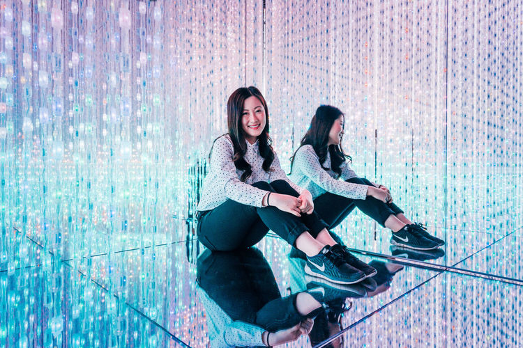 Full Length Two People Togetherness Happiness Friendship Emotion Young Women Women Casual Clothing People Adult Leisure Activity Lifestyles Young Adult Smiling Bonding Sitting Real People Shadow Positive Emotion Hairstyle TeamLabBorderless TeamLab