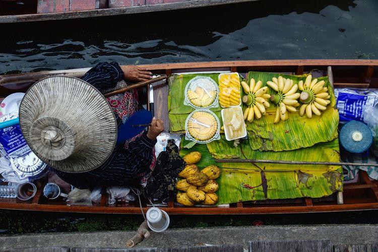 Floating market River Foodmarket Sale Thailand Boat Boattrip Market Fruit Variation Food Outdoors Day Business Stories Healthy Eating No People Freshness