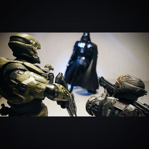 """Command! We corner dis thing..he cant run now.."" ""U! Stop right there"" *vaders breath* ""Defuq is this thing man.."" ______________ Halo Halotoys Vs Starwars Darthvader Spartan Toyphotography Toyfusion Toyelites Toyslagram Toyslagram_Starwars Toyz Toysphoto Toys_malaysia Toyplanet Toys_alliances"
