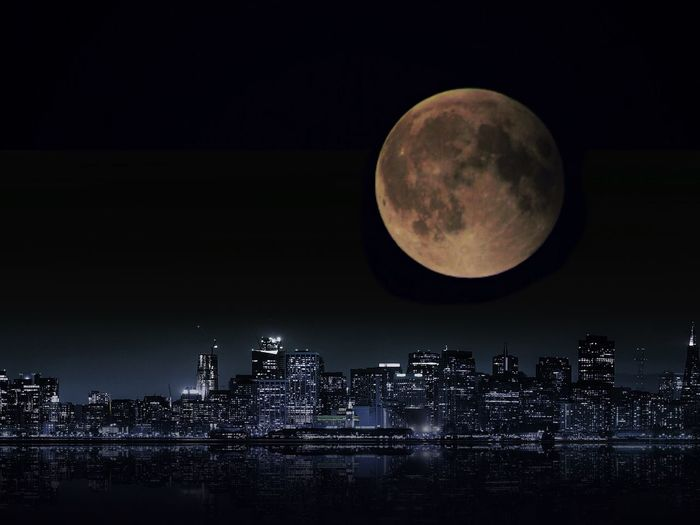 Idílico blood Moon on July Skyline Eclipse Blood Moon 2018 Moon Night Architecture Sky Building Exterior Cityscape Full Moon Space Astronomy Building HUAWEI Photo Award: After Dark