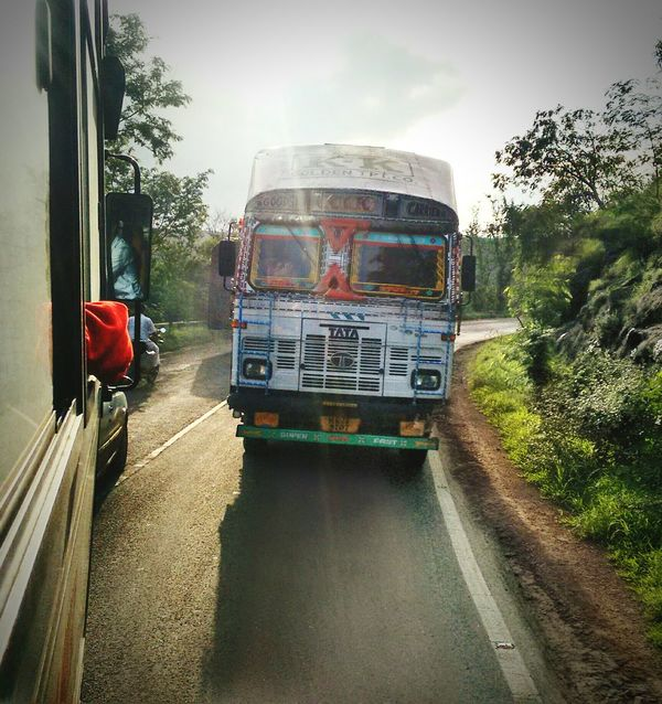 On a long drive with friends, and a sunny day. I don't miss a chance to click something this beautiful. Friends ❤ Popular Motog2click Trip Photo Pivotal Ideas Still Life Highway Delight Long Drive Randomshot Trucks🚛🚒🚚⚠ Sunnyday☀️ Eyeemphoto