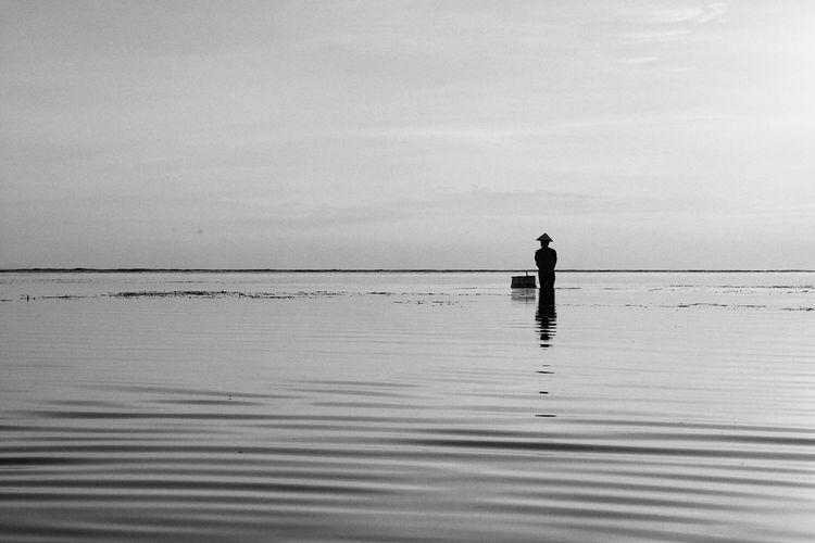 海中的那个人 Silhouette Full Length Balance Lake Water Tranquility One Person This Is Masculinity