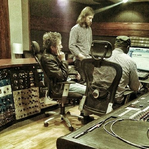 In the studio working with one of my major influences that help shape the way I create music. Shuggie Otis, Eric, and myself. AMIDREAMIN MAKEMUSICTHEWAYWRWANTTO Pic taken by @groweyez
