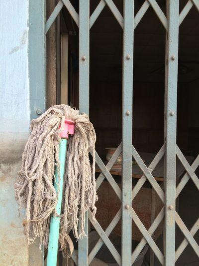 Mop against metal gate