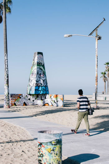Los Angeles, California Los Ángeles Venice Beach Adult Adults Only Architecture Artist Casual Clothing Clear Sky Day Full Length Holding Lifestyles Men One Man Only One Person One Young Man Only Only Men Outdoors People Real People Rear View Sky Standing Venice Young Adult