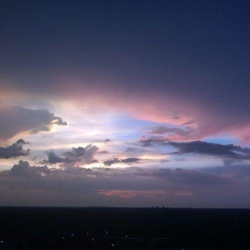 บางครั้งก็รู้สึกว่าอยากนั่งมองท้องฟ้าไปวันๆ ก็เธอสวยทุกวัน และที่สำคัญเธอพูดไม่ได้