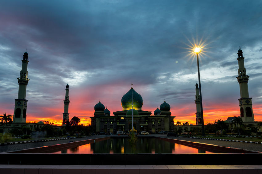 Mesjid An-Nur, Great Mosque Pekanbaru Indonesia. Big size resolution NX1 Orange Sky Samsung Architecture Blue Sky Cloud - Sky Clouds Dome Great Mosque Mosque Nature Outdoors Place Of Worship Religion Samsungphotography Senja  Sky Spirituality Sunset Travel Destinations