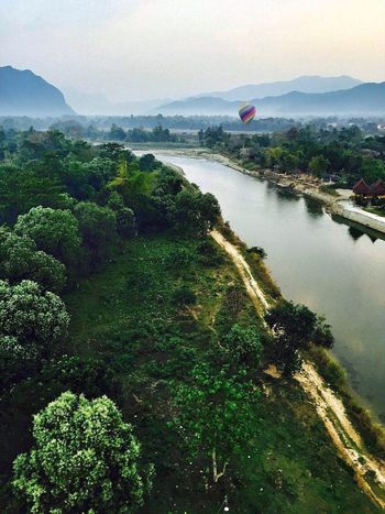 矮喲,又上了熱氣球,彷彿小時候的凡爾納小說中的《地球上的五星期》! Fire Balloon Hello World Fly Travel Laos Luang Prabang Enjoying Life Photography