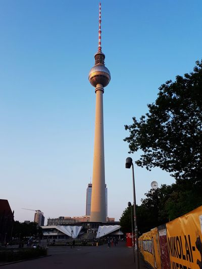Berlin ist eine der schönsten Städte für mich überhaupt darum sollte man sich viele Sehenswürdigkeiten anschauen und Gute und Professionelle ,,shots'' machen . Berlin Fotografia Deutschland Welt Gross Alt Restaurant Essen Teuer City Communication Cultures Tower Sky Architecture Built Structure Travel Television Tower German Culture Skyscraper Office Building Tall - High Cityscape Communications Tower First Eyeem Photo Tourist Attraction  Famous Place The Great Outdoors - 2018 EyeEm Awards