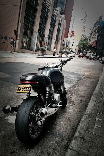 """伍月柒日。深圳宝安机场,距離烘焙展還剩五天,越接近事情就越多,事情多壯況多、磨擦也多,這個時候就是考驗應變跟EQ的時候了,穩住............凸!""""圖為下午在香港上環荷里活道看到的靚車...😎"""" Working HongKong Nice Car Travel Iphone6 Ducati"""