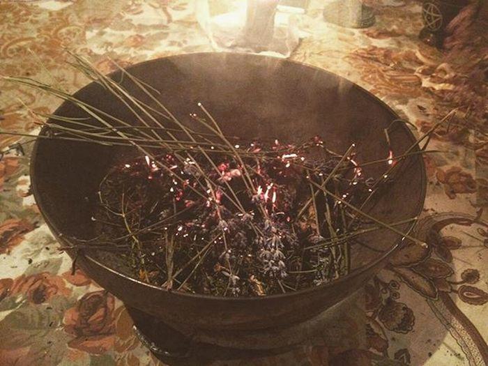 Bruciare le erbe è il modo migliore per guarire le nostre menti. Herbs Burning Cauldron Coven Meditation Healing Witchcraft  Oldways Power Spell Smoke Incense Silence Paganism Witchesareback