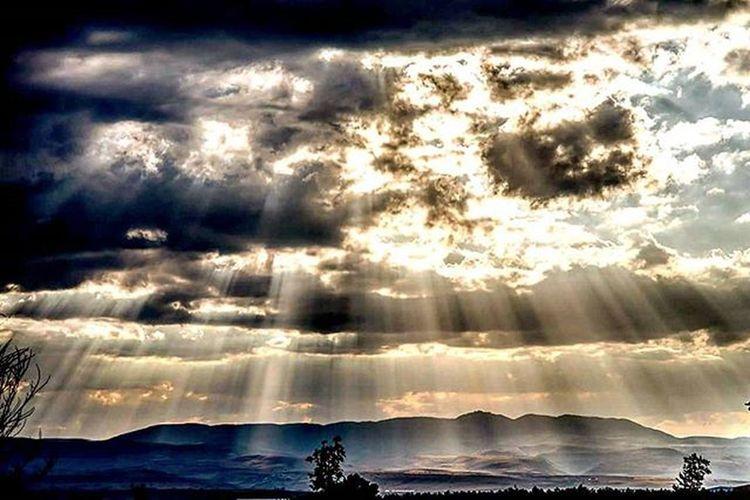 Gunaydin ! Karabük'te güneş ışınları bulut süzgecinden geçerek dağlara resim çiziyor. İsmail Balı © 2015 Karabuk Turkey Türkiye Ismailbalıphotography Moment O_an Sunset Sunlights Mountains Steps Bozkır Daglar Clouds Bulut Nature Art Photographyislifee Natural Filter Instalike Instagood Instadaily VSCO Vscocam vscogood vscolover @natgeoturkiye @natgeocreative @natgeoyourshot @natgeo @atlas_dergisi