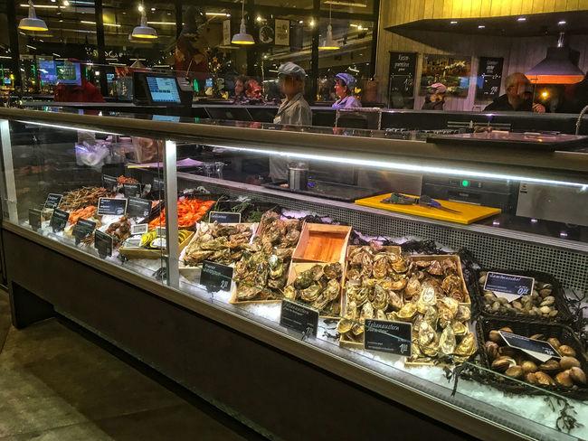 Fischtheke im neuen real,– Markt Austern City Fischtheke Fish Frisch-Fisch Indoors  People Shopping Mall Store Theke