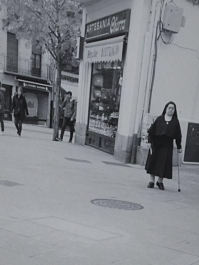 UN Una Ayuda Para Quien Ayuda Monja Iglesia (null)Streetphotography Real People Calle Vida Street Streetphoto_bw Bkackandwhite Blackandwhite Photography