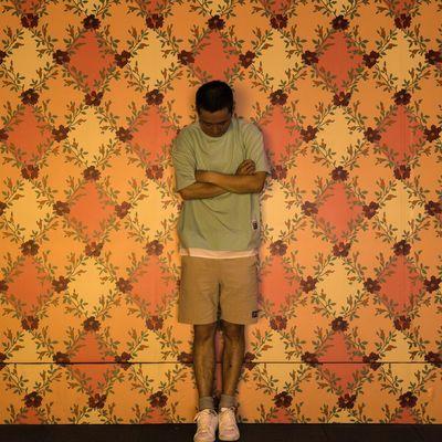 在感情面前,讲什么自我 One Person Pattern Wallpaper Indoors  Standing Men Adult