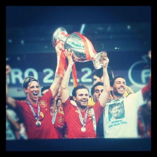 Campeóns campeóns olé olé olé , Viva España!!!!.... Espa ña SPAIN Eurocup2012 Campe ón champions furiaroja fernandotorres juanmata sergioramos
