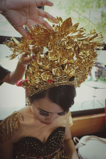 Wedding Photography Wedding Day Weddings Around The World Wedding Dress Traditional Clothing Traditional Wedding Lifestyles Young Women Headshot Close-up Gold Colored Women Preparation  Gold Flower Crown Crown Flower Women Around The World Art Is Everywhere