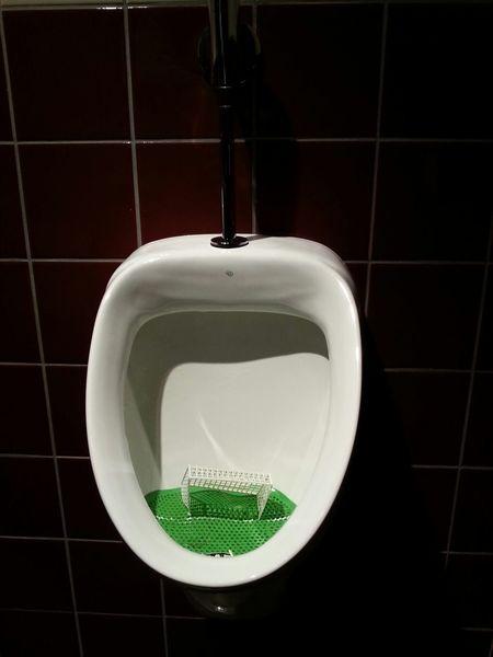 scoring a goal Soccer Toilet / marcant un gol Futbol Wc