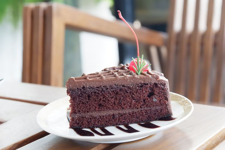 Close-up of chocolate cake slice in plate on table