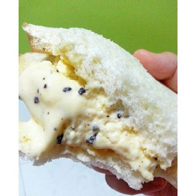 Simplicity at it's best! Choco-chip-vanilla ice-cream sandwich'ed with bread. Icecream Icecreamsandwich Vanilla Instadesert instasharing sweettooth simplicity chocolatechip