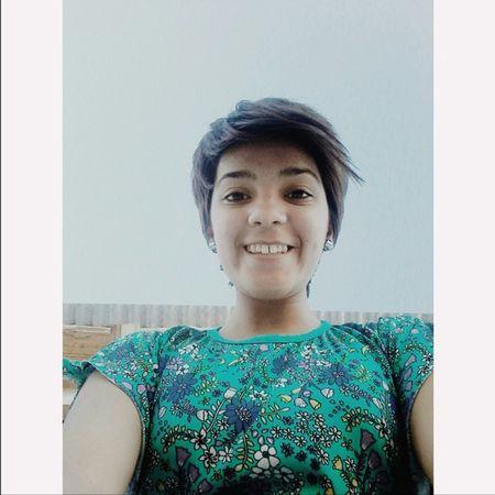 A veces es necesario una sonrisa Smile Afteroon Boring Room Window Down Sky Heaven Blue Green Girl Lesbian LesboGram Cute Sweet Smileface Shorthair Teeth Bigsmile