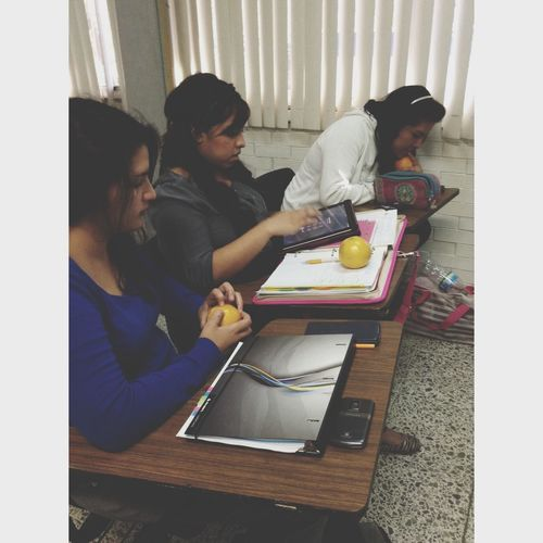 Las tres futuras administradoras con su naranja. ? Administradores