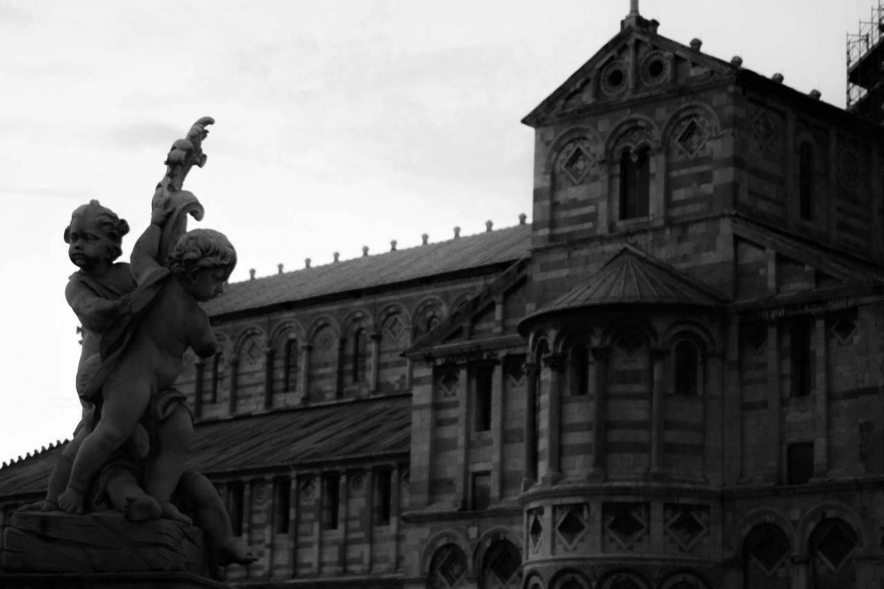 statue, sculpture, architecture, building exterior, built structure, low angle view, human representation, history, cloud - sky, sky, travel destinations, outdoors, palace, day, place of worship, renaissance, no people