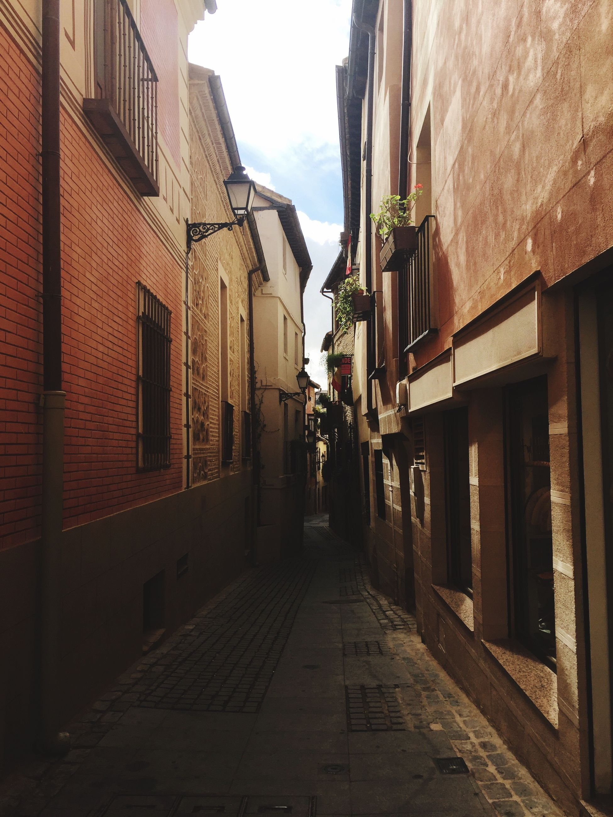 architecture, building exterior, built structure, the way forward, residential building, residential structure, street, building, alley, narrow, diminishing perspective, city, sky, house, vanishing point, transportation, outdoors, cobblestone, day, town
