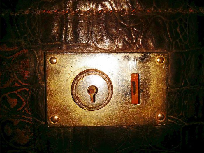 Lock Metal Close-up No People Keyhole Lock Locks Textured  Leder Ledertextur Koffer Brown Leather Brownleather Suitcase Leathersuitcase Goldlock Gold