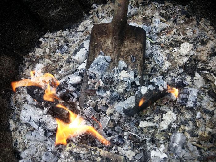 Abgebrannt Asche Ash Aufgabe Aufgebrannt Burn Out Burnout Burnout-Syndrom Die Kohlen Aus Dem Feuer Holen Fester Rückstand Feuerstelle Fire Glowing Hellfire Holzasche Holzkohle Kohle Lagerfeuer Metapher Redensart Rückstand Schaufel Sprichwörtlich Verbrennung Z73