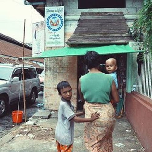 Rangoon Yangon Burma Myanmar Everydayasia Dailylife Travelshots Seeninthecity Streetphotography Streetphoto Streetview Cityscene Peoplewatching Motherandchild Motherandchildren Wanderlust Babyface Photofrombehind