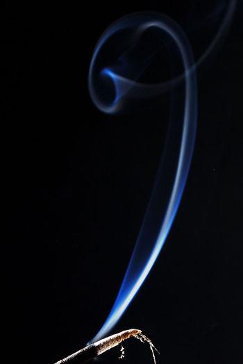 Efímero Búcle Humo Black Background Blue Burning Close-up No People Smoke - Physical Structure