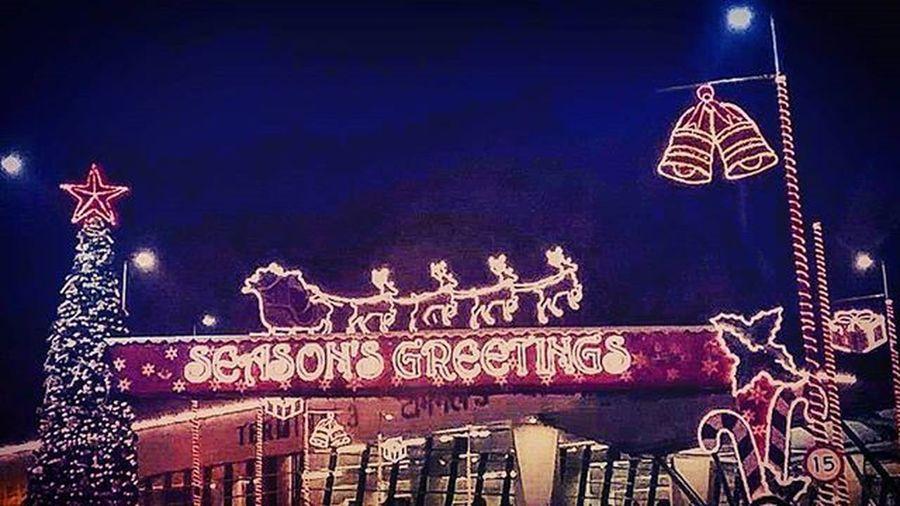 Merry Kissmas everyone, with lots of hugs 😘🙆🎅💝 Seasonsgreetings Igi Christmas Airportdecorations Merrykissmas CityAtNight