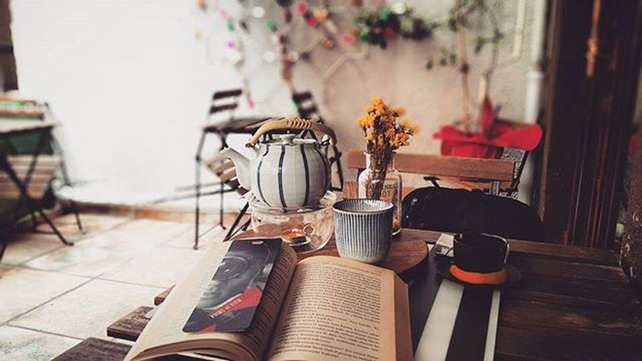 Kimilerinin özendiği hayatlar bunlar. Rüzgâr sert, hava parlak, mekân yalnızdı. Dostum ise tanımadığım ağaçtan gelmiş; üzerine mürekkep bulaşmış sayfalardı... Photographerdiary Lavitaèbella Chaya Galata Kitap Kaft Fotoğraftakitutku Balkon Balcony Bizehergüncumartesi Book Reading Okumak Hayatgüzeldir
