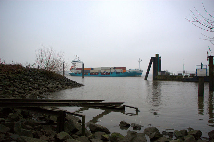 Containerschiff Containership Flussufer Hamburg Cold Days Elbe Fluss Nature No People Outdoors Water