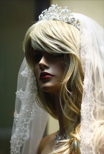THE BRIDE Beauty Blond Hair Bride Close-up Fashion Mannequin Head Store Window Veil