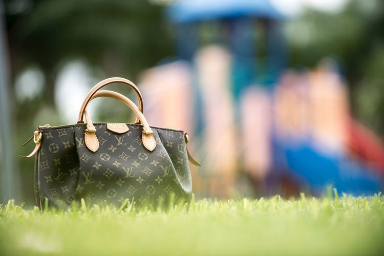 Focus Object Bonus photo Grass No People Focus On Foreground Outdoors Close-up Day Kris Slater Eyeem School Of Photography Purse Product Photography