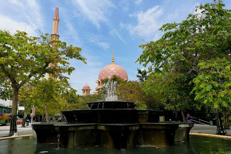 Tranquil Scene Travel Photography Malaysia Truly Asia EyeEm Malaysia Battle Of The Cities Tourist Attraction  Art Is Everywhere Architecture Malaysia Dome Art And Craft SeptemberphotoadayAsian Culture Place Of Worship Pink Mosque Huaweiphotography Touristy Pink! Leica Lens Wanderlust Pink Color Wandering Around Aimlessly EyeEm Gallery HuaweiP9