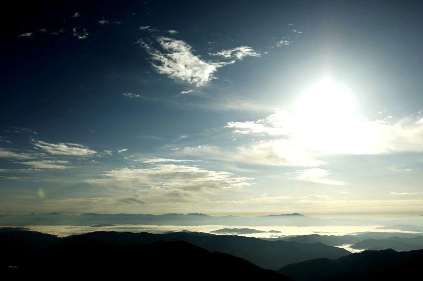 今年はムリかと思ったけれど、なんとか台風一過を狙って白山に登ってきました。日の出、彩雲と相変わらずステキな風景を見たり、風になびいて羽ばたいているような鳳凰の雲も飛んでいました。 Mountain Sun Mountain Range Nature Sunlight Scenics Cloud - Sky Sunset Landscape Sky Outdoors Beauty In Nature Beauty Nature Japan Healing Healing Color ココロ 白山 登山 Chinese Phoenix 鳳凰 雲海