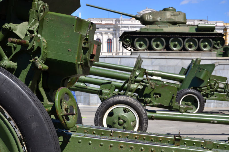 Artillery and tanks in city