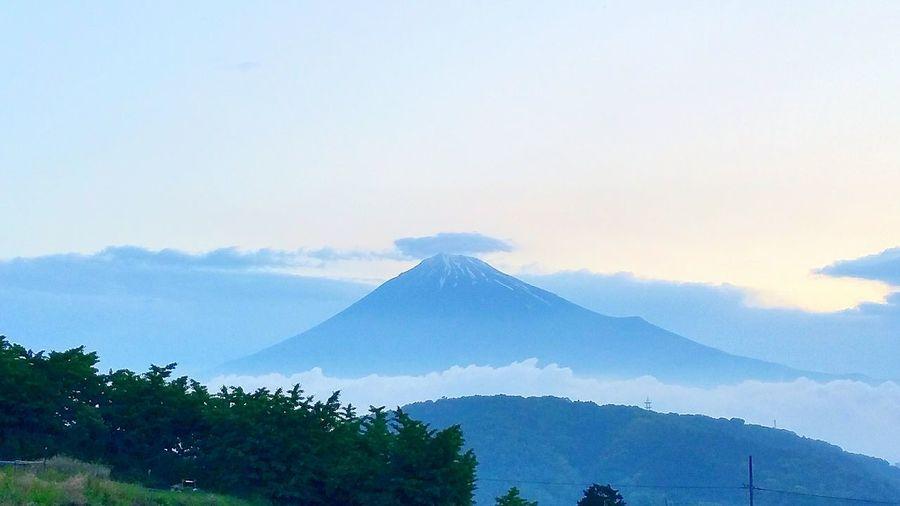 おはようございます。ただいま、愛知県西尾市に来ております。朝は4時起きでしたが、この時期4時でもうっすらと空が明るいんたなぁと感じました。写真は4時半の我が家からの富士山です。ここ最近良いタイミングで綺麗な富士山が撮れなかったので、久しぶりに富士山を投稿しました。さぁ、一日頑張りましょう! おはよう 富士山 Mt.Fuji Cloud - Sky Nature