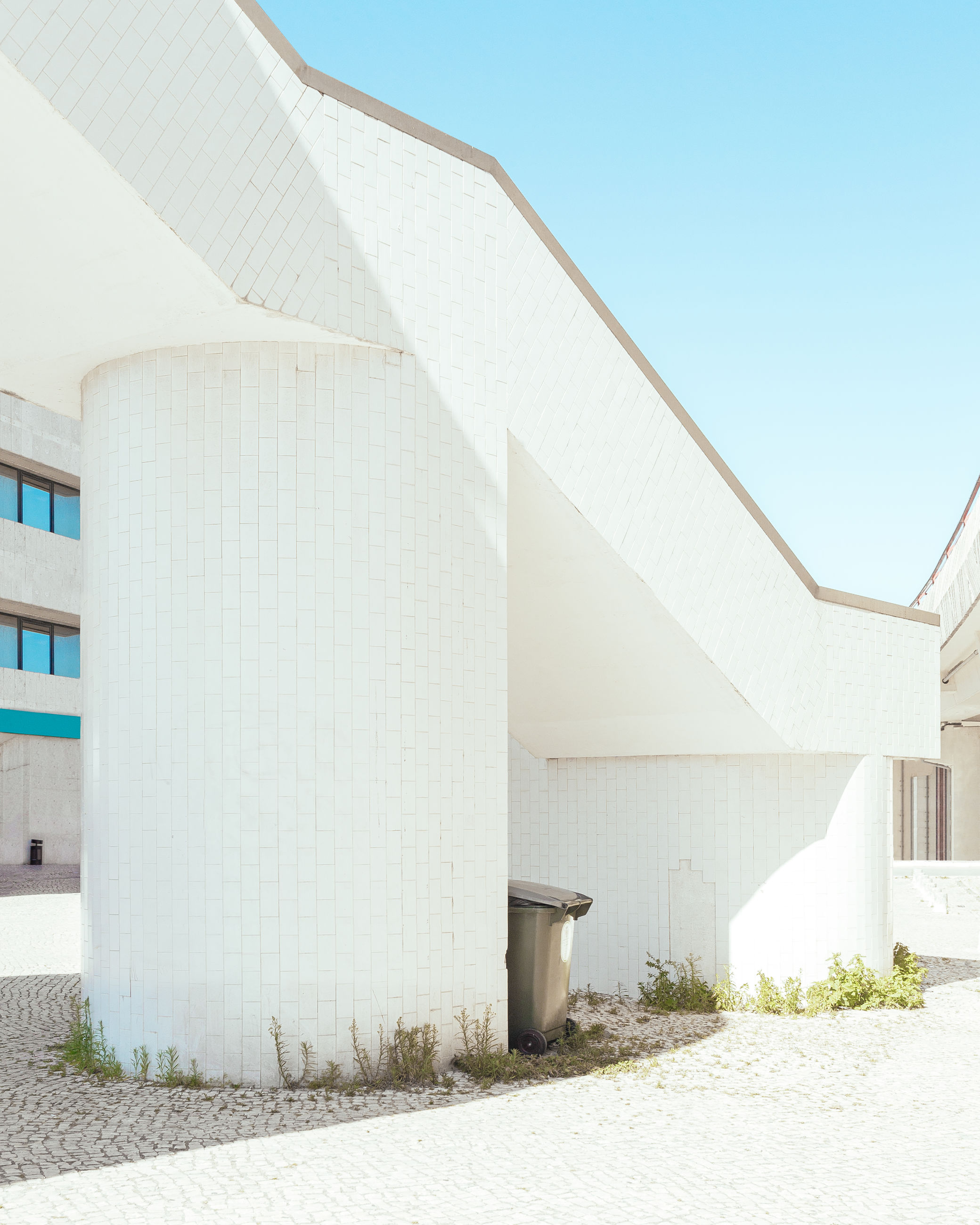 architecture, built structure, building exterior, sky, day, no people, white color, nature, clear sky, sunlight, building, outdoors, architectural column, wall - building feature, sunny, copy space, blue, exterior, plant, low angle view, garage