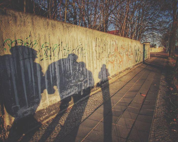 """""""Falsche Freunde gleichen unserem Schatten, sie verschwinden, sobald die sonnige Zeit fortgeht. Wahre Freunde hingegen erhellen den dunkeln Weg, wenn die Sonne verschwunden ist, und spenden Licht und Wärme."""" Shadow Schatten Friends Hanging Out Hi! Taking Photos Enjoying Life Eyem Gallery"""