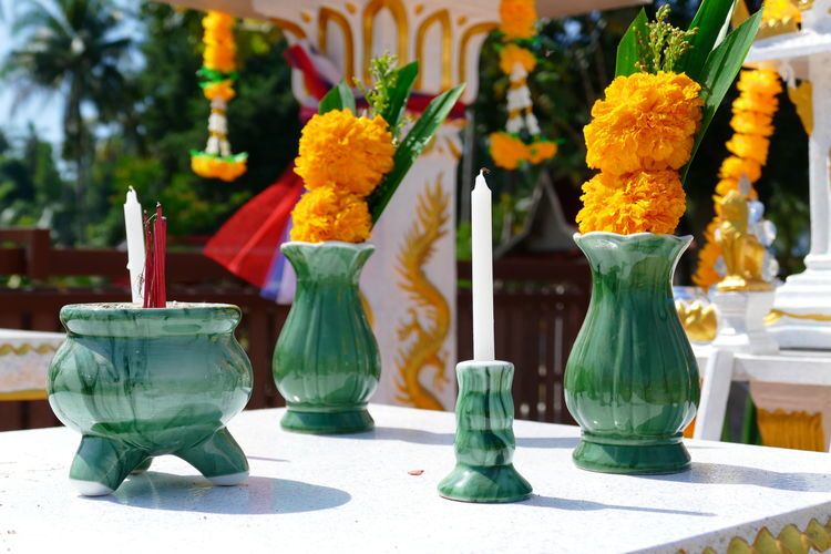 ceremony for a new spirit house ,- Einweihung eines neuen Geisterhauses in Thailand Ahnen-Verehrung Ahnenkult Flower House Altar No People Place Of Worship Religion Spirit House Thai Geisterhaus Thai Tradition Travel In Thailand Travel Photography