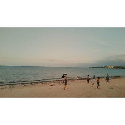 어릴 때 해가지면 혼난다며 집에 돌아가던 아이들이 부럽기도 했는데, 덕분에 자유롭게 큰 것 같기도 하다. Bolabog Beach Boracay Paradise 보라카이여행 보라카이 여행 여행스타그램 우정여행 @yyyyhana