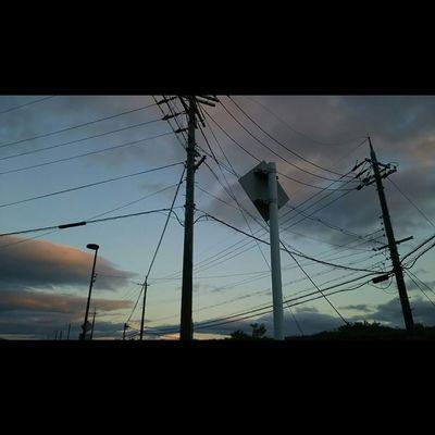最近微妙やなぁ。 今日もおつかれさまでした。 空 Sky イマソラ ダレカニミセタイソラ Team_jp_ Japan Instagood 景色 Scenery 自然 Nature Icu_japan Ig_japan Ig_nihon Jp_gallery Japan_focus Sunsets Sunset 夕方 電柱