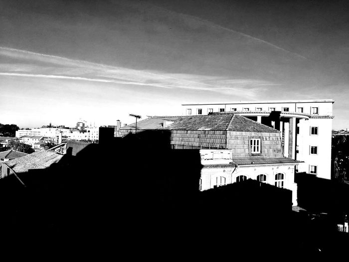 Que la sombra no te deje ver, no quiere decir que no exista. Estoy aquí. ««Microhistorias»» Oporto HuaweiP9 Tesis99 Architecture Vistas Sombras Tejados Blancoynegro Blackandwhite No People Insitu Lugares Places Porto Tranquil Scene Roofs Roof House Views Microhistorias Microhistoriastesis99 EyeEm Casas Sombratejados The Architect - 2018 EyeEm Awards