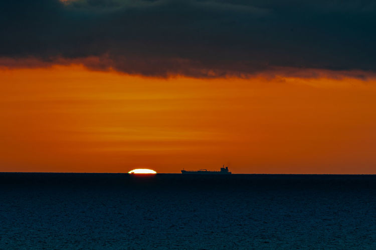 Nature Ziseetheworld Ziwang Sunset Sky Orange Color Sea Scenics - Nature Waterfront Horizon Over Water Horizon Tranquil Scene Tranquility Idyllic Nautical Vessel Sun Silhouette Transportation Romantic Sky Ship Shadow Caribbean Curacao Green Flash Astronomy