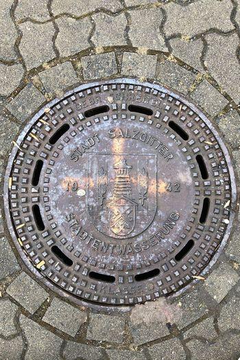 In Salzgitter! Gusseisen Gussdeckel Manhole  Sewer Sewage High Angle View Street Metal Lid Close-up
