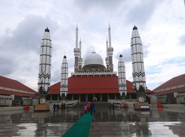 The Grand Mosque of Central Java, Indonesia. Mosque Mosques Of The World Mosque Architecture Moslem Moslem Indonesia Islam Islamic Architecture Islamic Design Islamic Art Islamic Center Indonesian Mosque Mosque Indonesia Indonesian Photographers Collection Indonesia_photography INDONESIA Indonesiabeauty Indonesiaindah